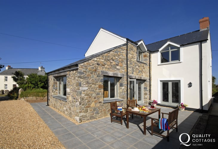 St Davids - spacious holiday house with parking and south facing patio garden