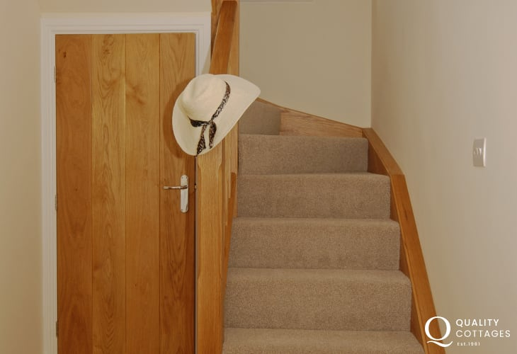 Coastal cottage Pembrokeshire - entrance hall with oak staircase