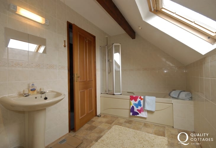 Llansteffan holiday home - family bathroom