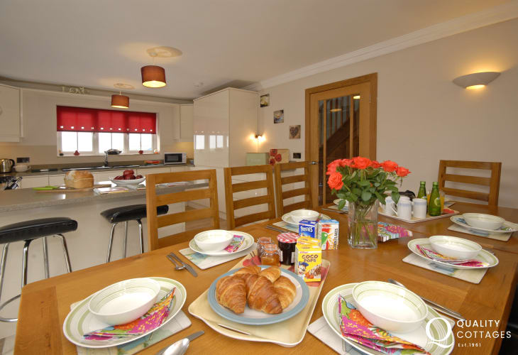 Solva self catering holiday cottage - open plan modern kitchen/dining room