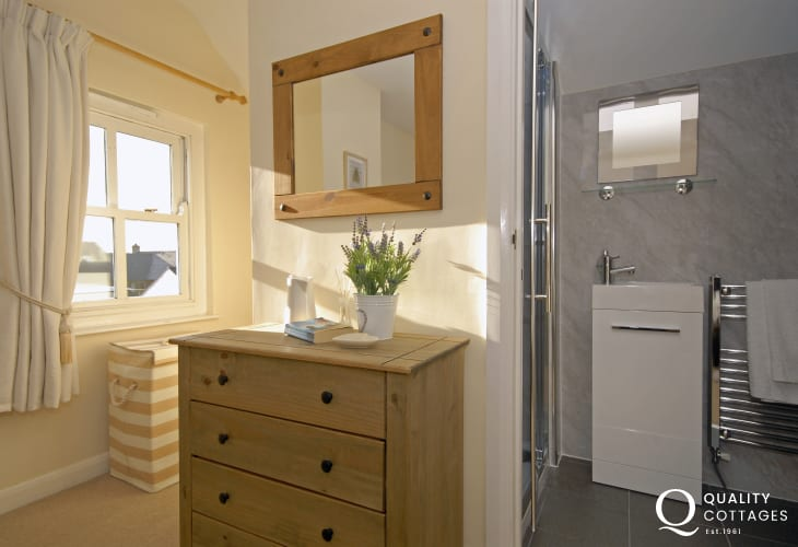 Cosy Pembrokeshire coastal holiday cottage sleeping 6