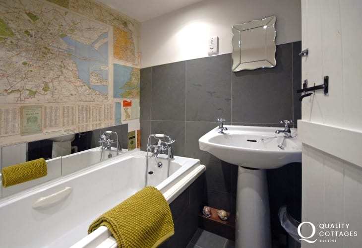 Llansteffan holiday home - ground floor family bathroom