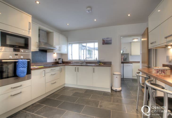 Nefyn holiday house - kitchen