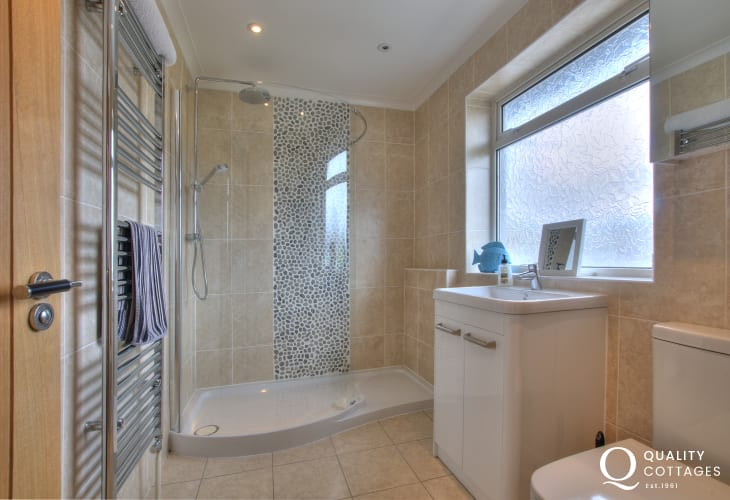 Nefyn holiday house - bathroom