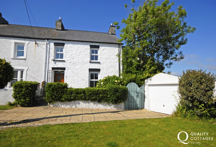 Solva, traditional Pembrokeshire holiday cottage with parking - pets welcome