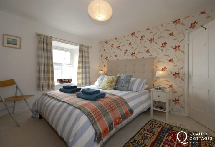 Pembrokeshire coastal cottage sleeps 5 - double en-suite master bedroom