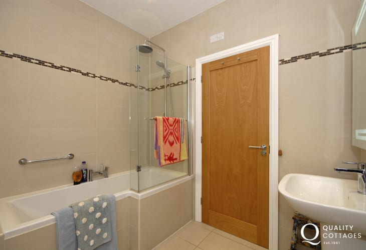 Newport holiday home - modern family bathroom