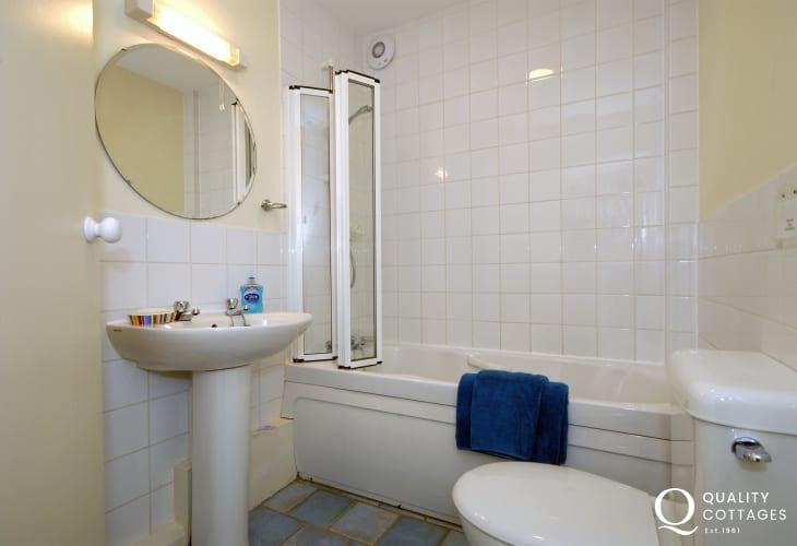 Solva holiday cottage - family bathroom