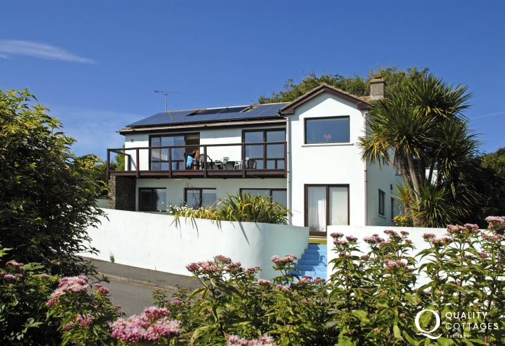 Solva modern family holiday home with garden - dogs welcome
