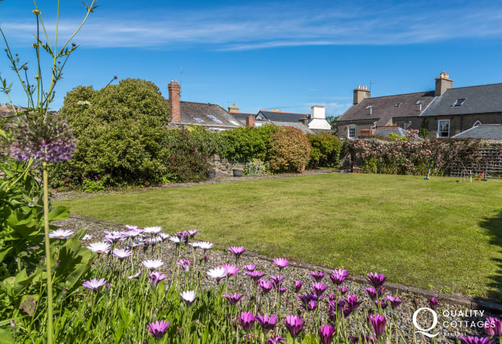 Large Pembrokeshire holiday home - gardens