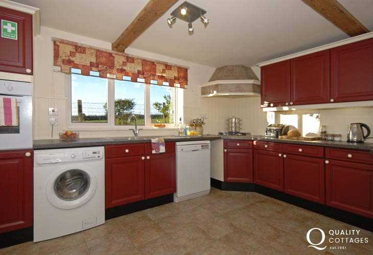 Self catering Pembrokeshire - country style spacious fitted kitchen