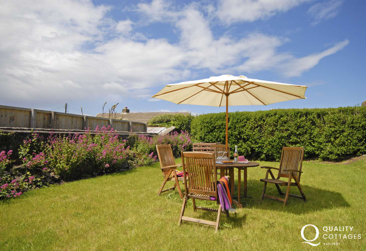Pet friendly holiday cottage near Abercastle - garden