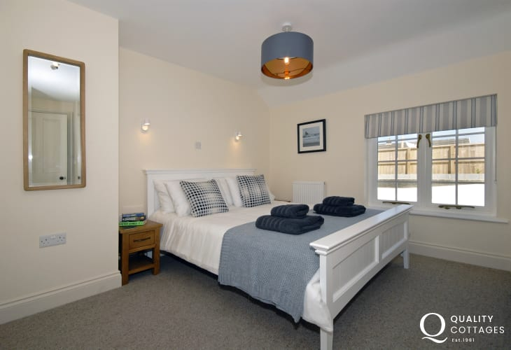 Pembrokeshire cottage sleeps 8 - en-suite king size bedroom