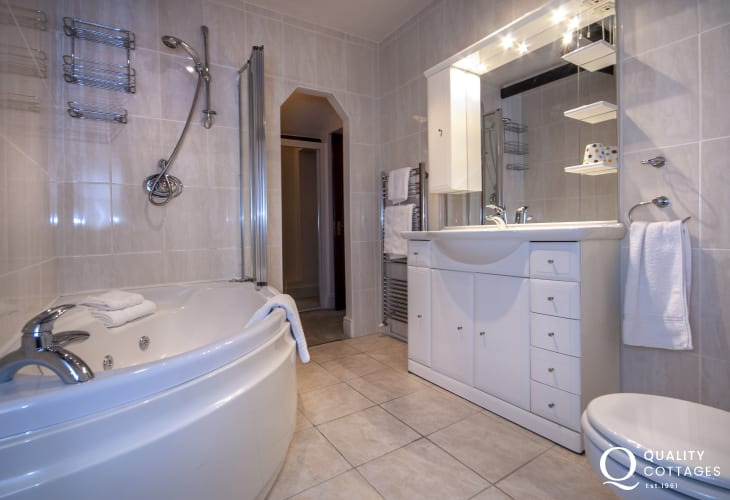 Aberaeron holiday cottage - master en-suite with corner Jacuzzi bath