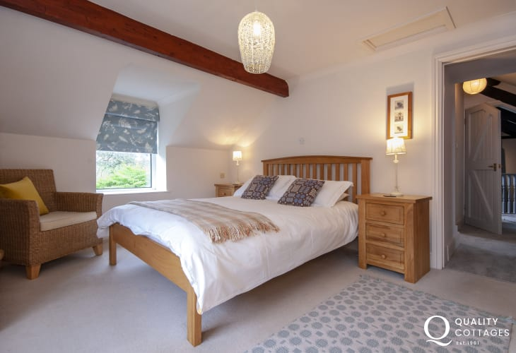 Aberaeron holiday cottage - first floor king size master bedroom with en-suite bathroom