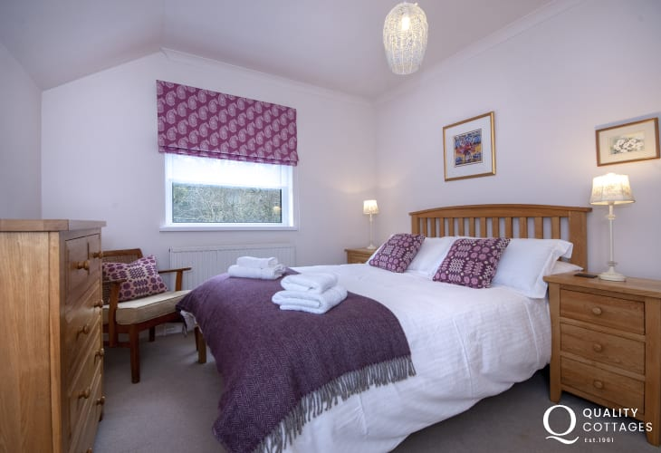 Cardigan coastal holiday cottage - lower ground floor double with en suite shower
