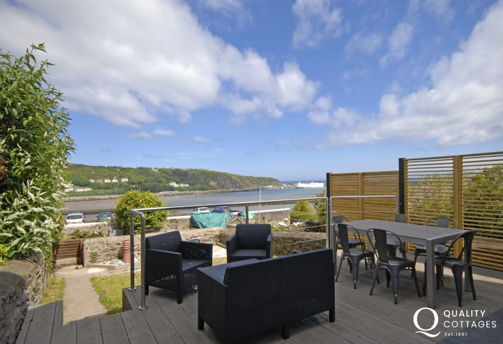 Goodwick Sands holiday home - deck area