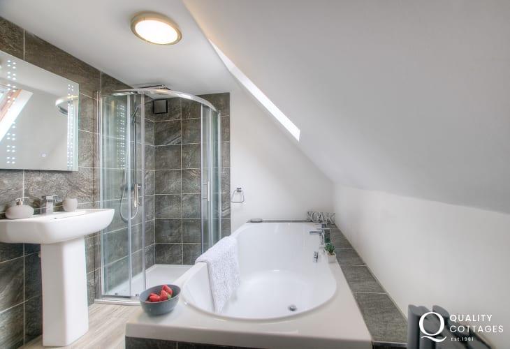 Modern holiday home - bathroom