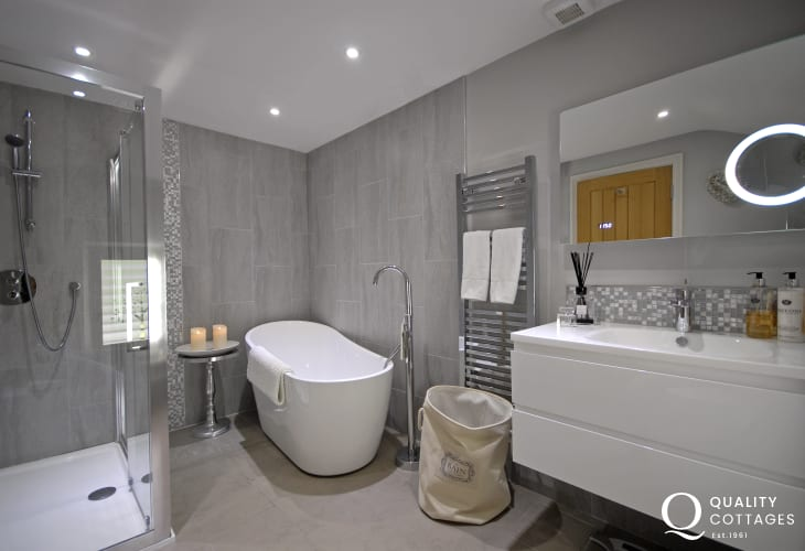 Master en suite bathroom with separate shower