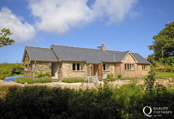 Pembrokeshire traditional Welsh cottage near Abermawr Beach - pets welcome