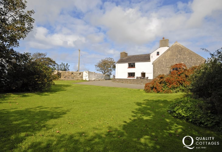 Pet friendly self catering Welsh Farmhouse near St Davids - garden