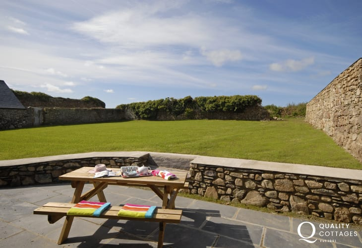 Pet friendly Porthclais holiday cottage - patio and garden