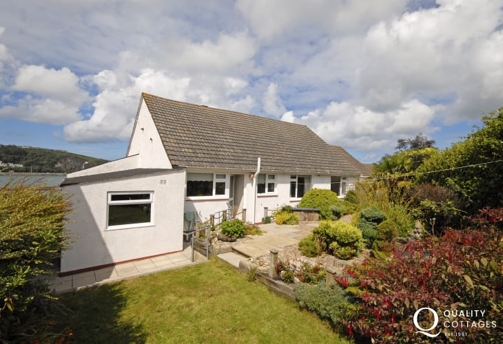 Fishguard Harbour holiday bungalow with enclosed garden and coastal views