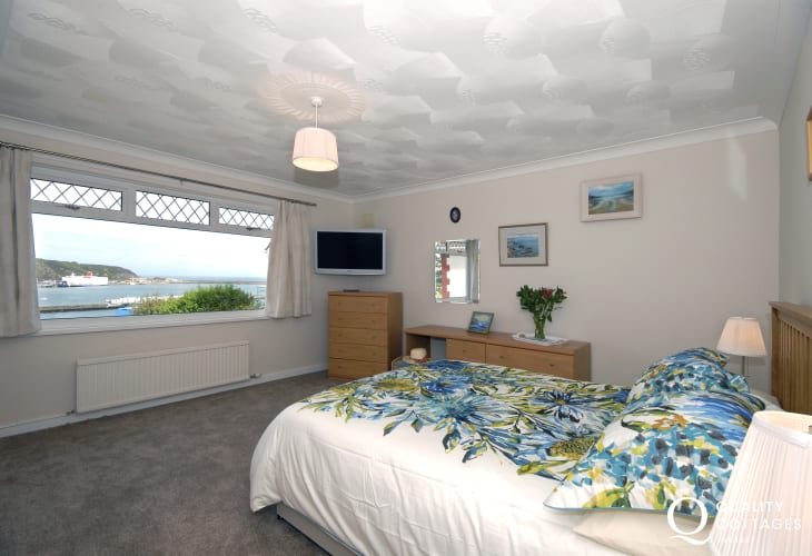 Master king size bedroom with en suite and harbour views