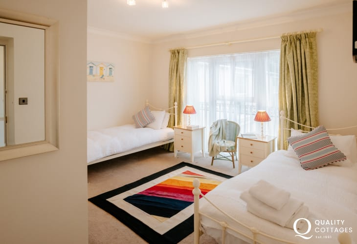 Mumbles head holiday cottage - twin bedroom