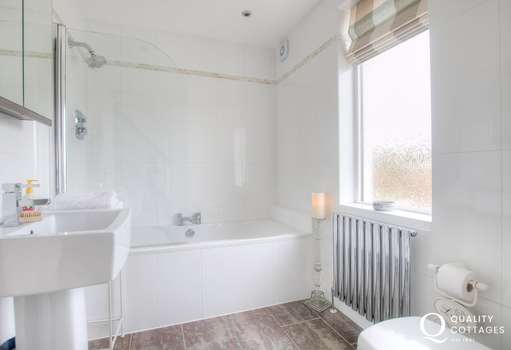 Aberdaron holiday cottage - bathroom
