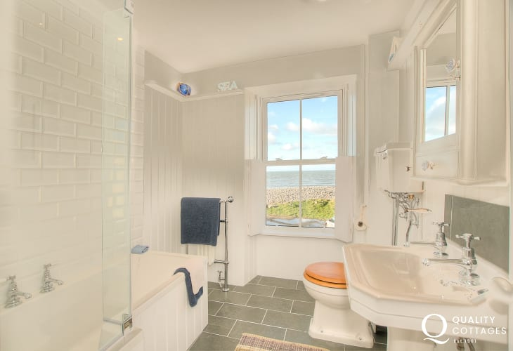 Aberaeron holiday house - 1st floor bathroom