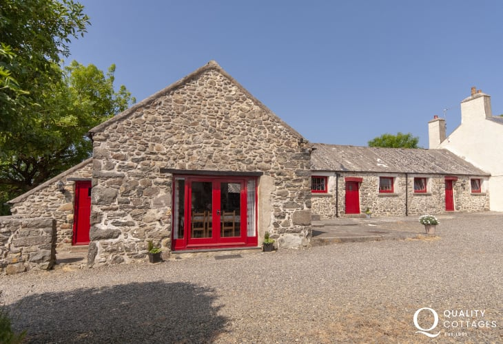 Pembrokeshire Coast 18th Century large holiday barn conversion with garden - pets welcome