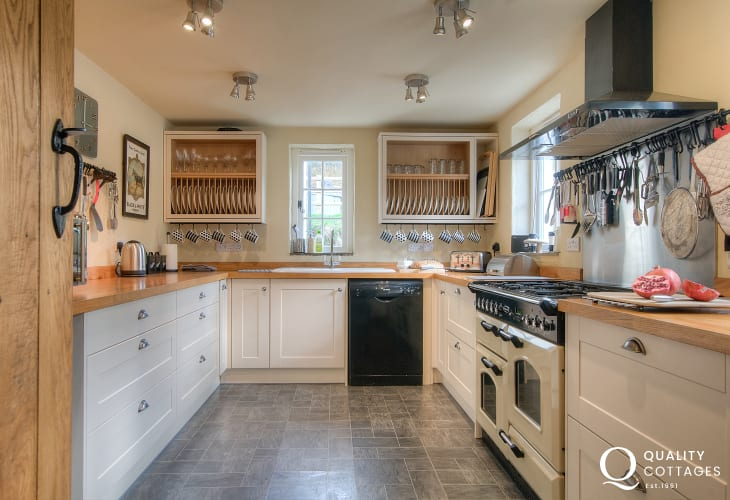Newport Pembrokeshire pet friendly holiday cottage - kitchen