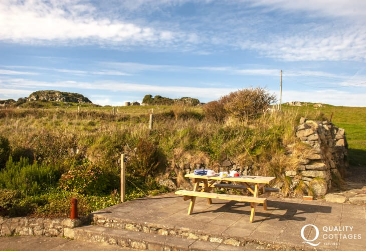 Whitesands holiday cottage with patio and gardens - sorry no pets