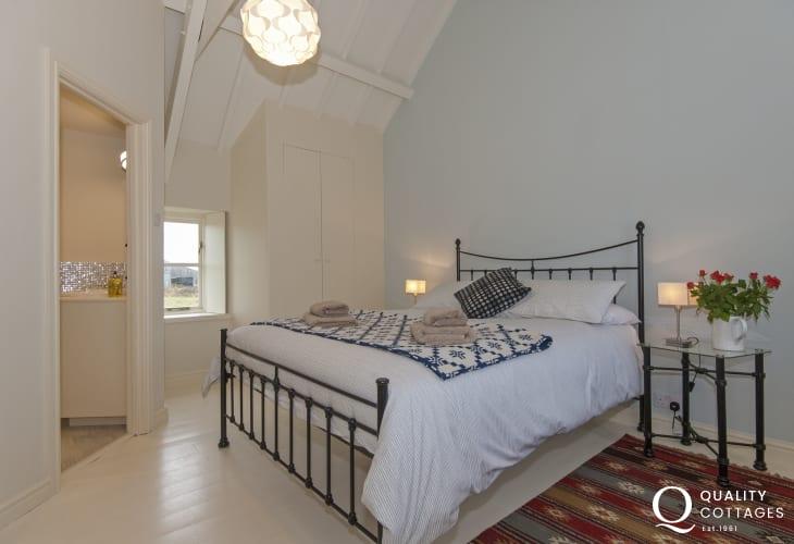 North Pembrokeshire holiday cottage sleeps 6 - master en-suite bedroom