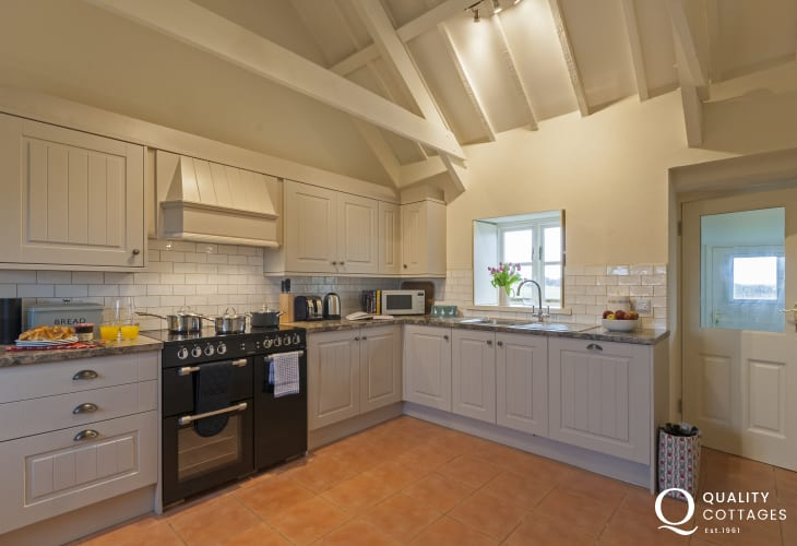 Self catering cottage near Whitesands Beach - fitted kitchen