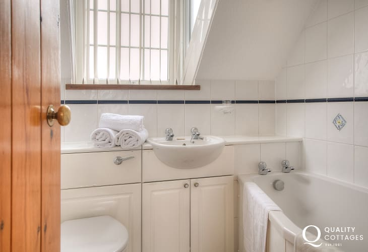 St Davids holiday cottage - bathroom
