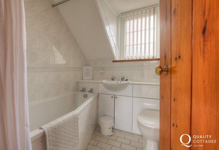 St Davids pet friendly holiday apartment - bathroom