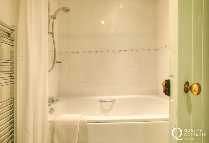 Pembrokeshire holiday apartment sleeps 6 - bathroom