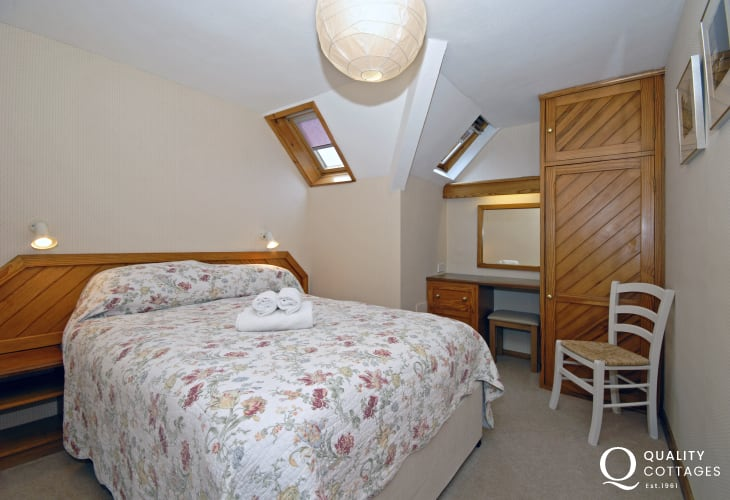St Davids holiday apartment sleeps 4 - master double