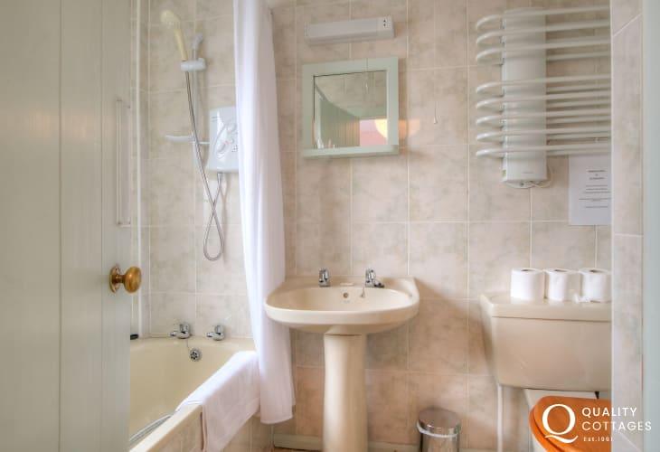 St Davids holiday cottage - bathroom