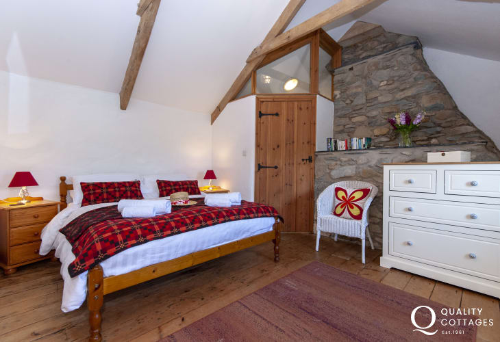 Newgale holiday farmhouse - master double with en-suite shower