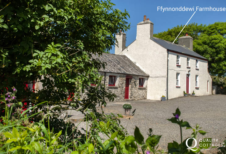 Pet friendly traditional Pembrokeshire farmhouse near Newgale