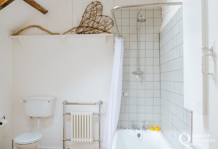Cottage Bathroom wc with shower over bath