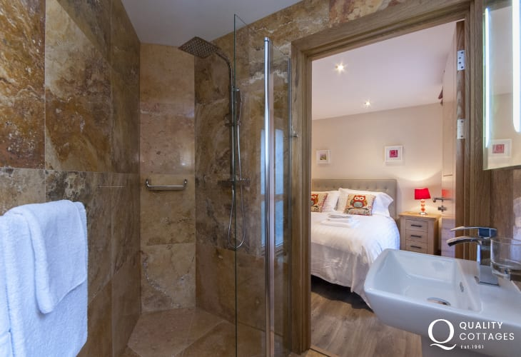 Solva holiday cottage - ground floor double en-suite shower room