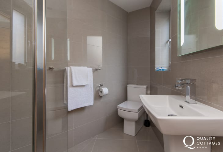 Solva holiday house - ground floor twin en-suite walk in shower room