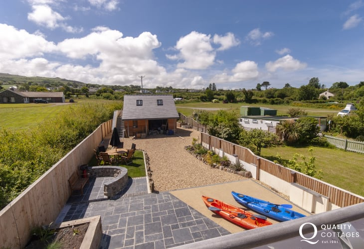 Newport holiday house - master with sea, garden and mountain views