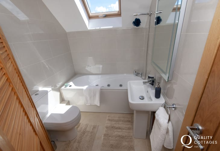 Parrog holiday home - king size en suite jacuzzi bathroom