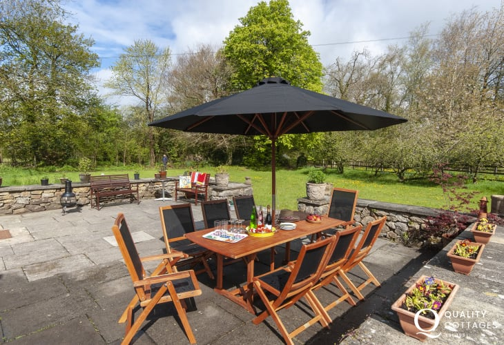 Llangennith holiday cottage with patio and lawned gardens - pets welcome