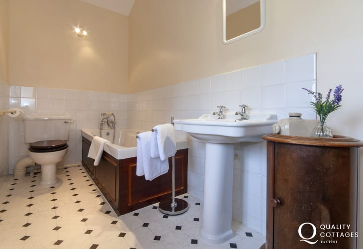 Gower holiday home - first floor bathroom adjacent to master bedroom